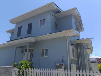 青空にキレイに映える我が家になりました。