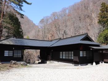 歴史ある奥甲子の宿。木が蘇えり青空にそびえ立っています。