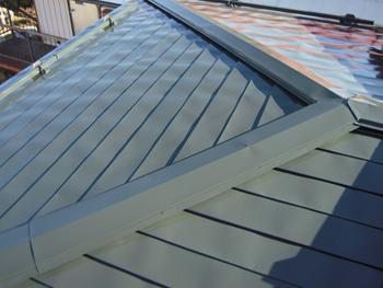 錆びや傷みが気になっていた屋根でしたが、塗り替えで長く使えるようになりました。