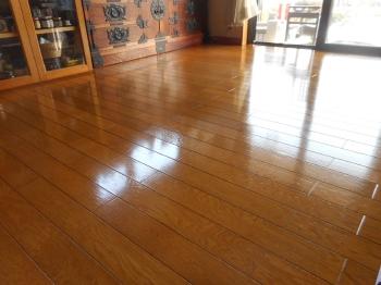 新築のような輝くキレイな床になりました。