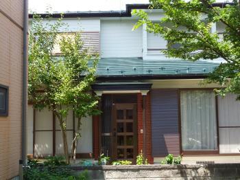 グリーン系の屋根と玄関のタイル調の茶が素敵なアクセントの家になりました。