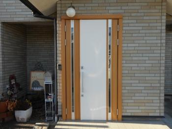 素敵な玄関ドアに生まれ変わりました。